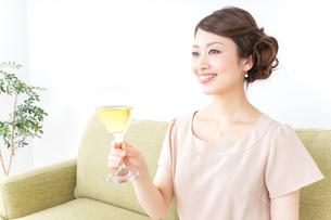 自宅でお酒を飲む女性の写真素材 [FYI04726041]