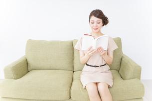 部屋で読書をする女性の写真素材 [FYI04726056]