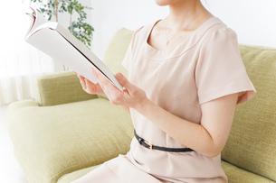 部屋で読書をする女性の写真素材 [FYI04726072]