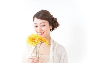 花を持つ女性の写真素材 [FYI04726081]