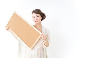 コルクボードを持つドレス姿の女性の写真素材 [FYI04726082]