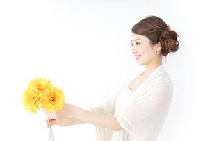 花を持つ女性の写真素材 [FYI04726083]