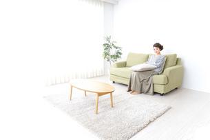 家でリラックスする一人暮らしの女性の写真素材 [FYI04726132]