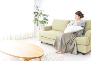 家でリラックスする一人暮らしの女性の写真素材 [FYI04726139]