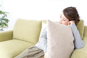 家でリラックスする一人暮らしの女性の写真素材 [FYI04726140]