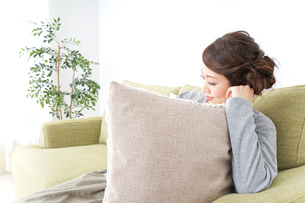 家でリラックスする一人暮らしの女性の写真素材 [FYI04726145]