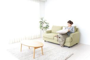 家でリラックスする一人暮らしの女性の写真素材 [FYI04726150]