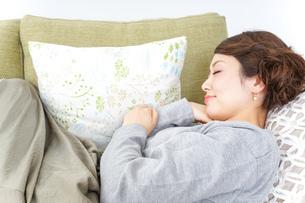 家で寝る女性の写真素材 [FYI04726151]