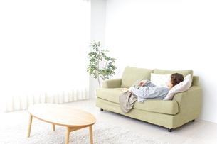 家で寝る女性の写真素材 [FYI04726158]