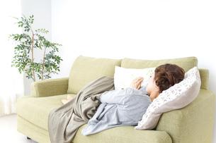 家で寝る女性の写真素材 [FYI04726159]