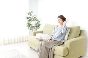 家で指差す女性の写真素材 [FYI04726181]