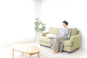 家で指差す女性の写真素材 [FYI04726182]