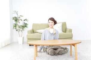 家でコーヒーを飲みくつろぐ女性の写真素材 [FYI04726183]