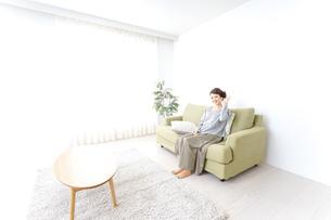 家で指差す女性の写真素材 [FYI04726186]