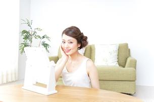 自宅でお化粧をする女性の写真素材 [FYI04726213]