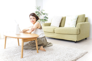 自宅でお化粧をする女性の写真素材 [FYI04726238]