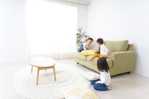家で仲良く遊ぶ子供の写真素材 [FYI04726246]