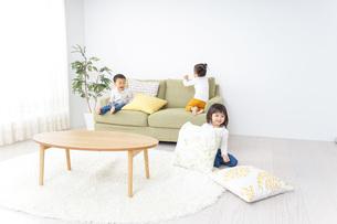 家で仲良く遊ぶ子供の写真素材 [FYI04726248]