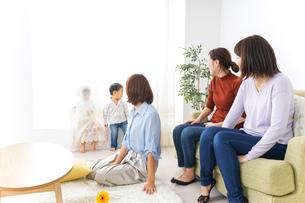 ママ友と子どもの写真素材 [FYI04726263]