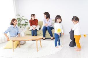 お母さんと子供たちの写真素材 [FYI04726264]