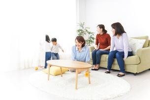ママ友と子どもの写真素材 [FYI04726272]