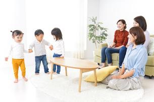 ママ友と子どもの写真素材 [FYI04726275]