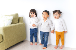 手をつなぐ仲良しの子供たちの写真素材 [FYI04726283]