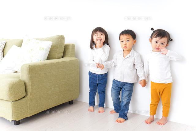 手をつなぐ仲良しの子供たちの写真素材 [FYI04726284]
