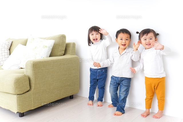 手をつなぐ仲良しの子供たちの写真素材 [FYI04726286]
