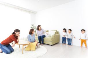 ママ友と子どもの写真素材 [FYI04726287]