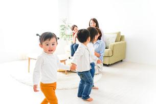 ママ友と子どもの写真素材 [FYI04726288]
