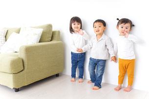 手をつなぐ仲良しの子供たちの写真素材 [FYI04726289]