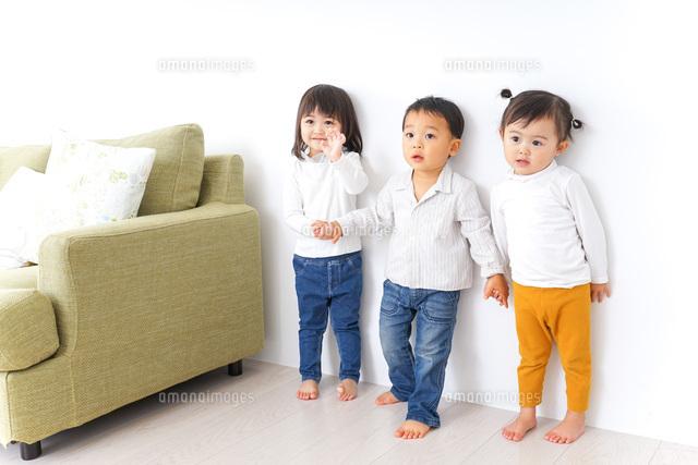 手をつなぐ仲良しの子供たちの写真素材 [FYI04726290]