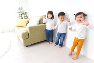 手をつなぐ仲良しの子供たちの写真素材 [FYI04726300]