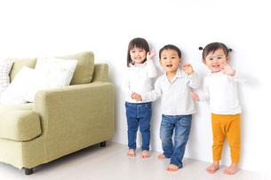手をつなぐ仲良しの子供たちの写真素材 [FYI04726301]
