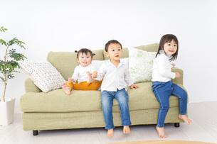 遊ぶ子供たちの写真素材 [FYI04726304]