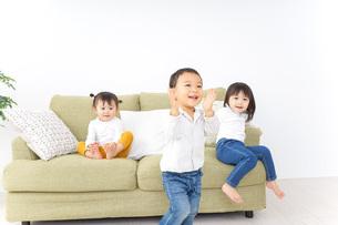 家で仲良く遊ぶ子供の写真素材 [FYI04726305]