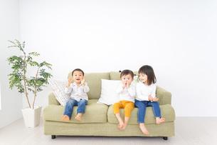 遊ぶ子供たちの写真素材 [FYI04726310]