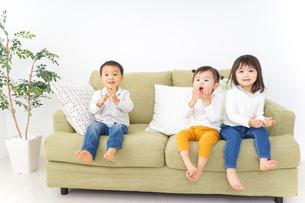 家で仲良く遊ぶ子供の写真素材 [FYI04726311]