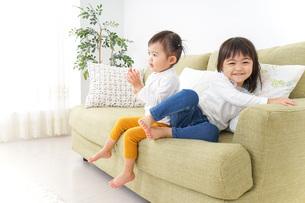家で仲良く遊ぶ子供の写真素材 [FYI04726312]