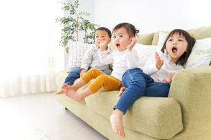 家で仲良く遊ぶ子供の写真素材 [FYI04726320]