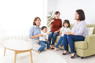 お母さんと子供たちの写真素材 [FYI04726328]