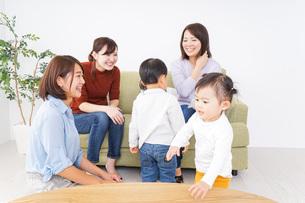 お母さんと子供たちの写真素材 [FYI04726329]
