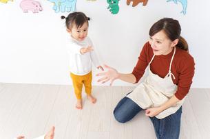 体調不良の子供と保育士の写真素材 [FYI04726337]