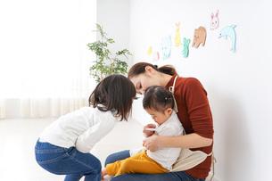 幼稚園で遊ぶ子どもの写真素材 [FYI04726338]