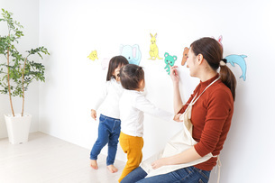 幼稚園で遊ぶ子どもの写真素材 [FYI04726342]