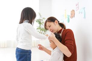 幼稚園で遊ぶ子どもの写真素材 [FYI04726346]