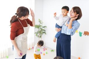 幼稚園のお迎えに行くお母さんの写真素材 [FYI04726354]