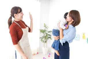 幼稚園の送り迎えをするお母さんの写真素材 [FYI04726360]