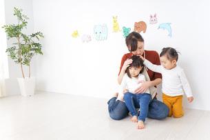 幼稚園で遊ぶ子どもの写真素材 [FYI04726361]